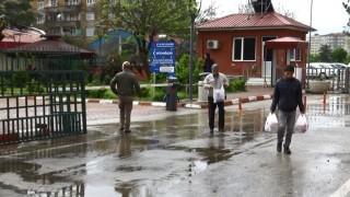 Diyarbakır'da sağanak yağmur altında ucuz et kuyruğu