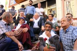 AK Parti Elazığ Milletvekili Demirbağ'dan HDP önündeki ailelere destek ziyareti